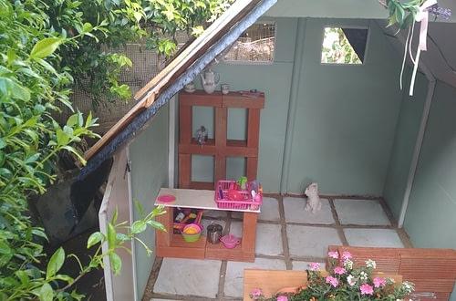Ένα ξύλινο σπιτάκι στον κήπο