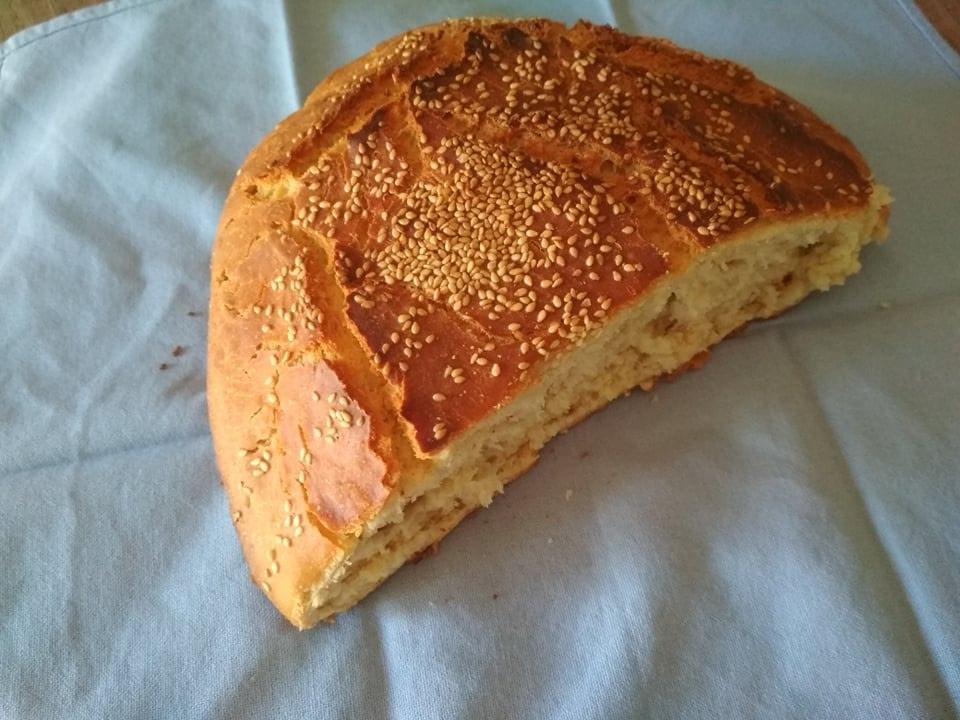 Φρεσκοψημμένο ψωμί στη γάστρα